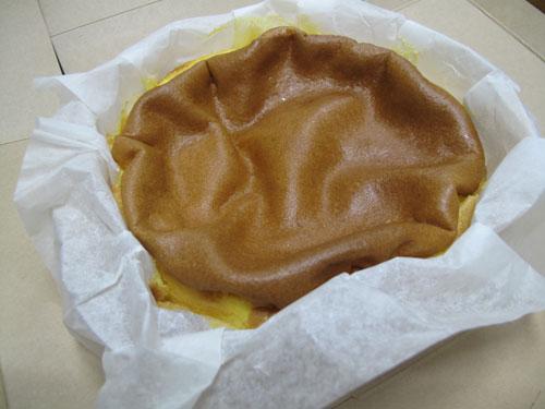 """<$MTEntryTitle$>"""" /></a></p> <p>カステラの原形と言われている、ポルトガルの伝統菓子「パン デ ロー」が基になってるらしいのです。<br /> 真ん中がぼこっと凹んでるから「凹(ぼこ)カステラ」だって。<br /> いいネーミングです。</p> <p class="""