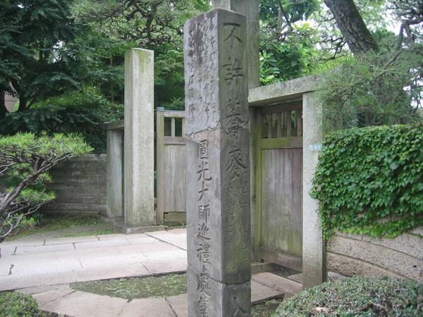 不許蕎麦入境内の碑
